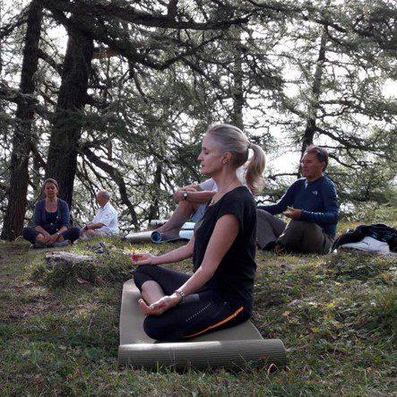Yoga sous les mélèzes